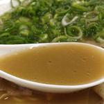 元祖スタミナ鉄板美野島亭 - かなりミルクティー色のスープです。 もとダレが甘目の醤油味なので、コク&マイルドな豚骨スープ。