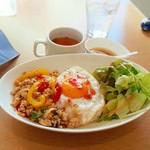kaerucafe - 本日のランチ:ガパオごはん~鶏挽肉のバジル炒め~(スープ・ドリンク付)1,050円