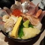 海鮮問屋 海ぼうず - 名物!はみだし海鮮丼780円
