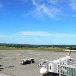 2233296 - 空が青いですね~。空気が澄んでいて清々しいです。JALとANAが止まっていますね。