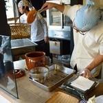 松華堂菓子店 - 注文が入るごとに炙ってタレを付ける
