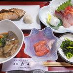 奥居旅館 - 鮭、煮物、明太子、刺身、漬物