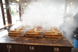 地獄蒸し工房 鉄輪 - 2013.11 もうもうと蒸気が上がる釜。