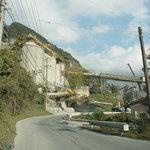 いづるや - 栃木市内から、こんな採石場に囲まれた道を通って行きます