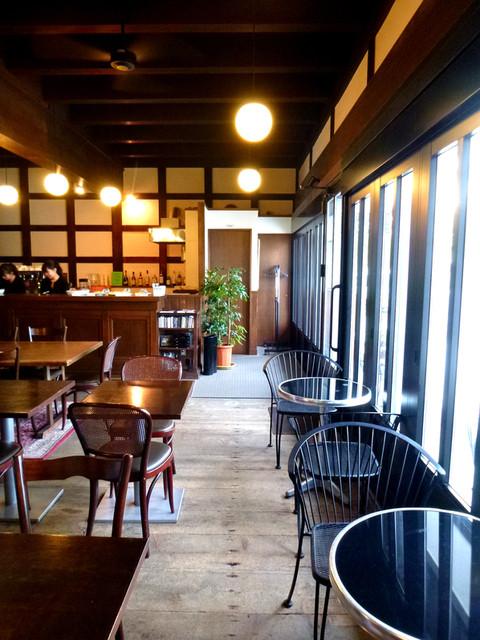 タチカワ カフェ - ガラスはリノベーション時に新設されたのでしょうが違和感なく収まっています