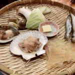 浜焼太郎 - 浜焼、「太郎セット」1~2人前。ホタテ、ホッキ貝、ハマグリ、エイヒレ、ししゃも、ハタハタ、玉ねぎ、キャベツ、エリンギ、、、