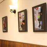 敷島珈琲店 - 店内の壁面を無料解放しており、2週間ごとに写真や絵画などの異なる作品をご覧いただけます。