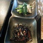 22348011 - 青菜の和えもの+鹿尾菜(ひじき)煮。
