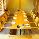 華もめん南家 - 1階の個室はゆったりとくつろげるお座敷席。大勢でにぎやかに過ごす宴会におすすめです。お店自慢の料理を堪能できるコースも充実しており、会社の同僚や友人同士、心おきなく楽しめること請け合いです。