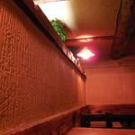 さぼうる 2 - ...ヤニ色の壁。並んでまでして入る店ではないと思う。。