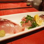 山田屋旅館 - お刺身。ぶり、いさき、あじ。