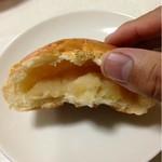 パン ド クエット - 中にはりんご味の餡子