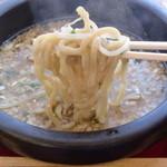 天竺 - 期間限定の鉄鍋入りつけ麺。最後まで熱々!