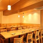 日本橋漁港 快海 - テーブルも大きめでゆったりとお寛ぎいただけます!