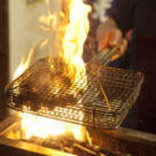 絶妙な火加減で焼き上げる職人の技、自慢の串焼きに舌鼓!