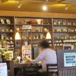 ハローコーヒー - お店に入って右手のほうに喫茶店らしいカウンターもありますが…。