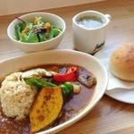 トレ プンティーニ - ピリッと辛めな野菜たっぷりスパイシーカレー