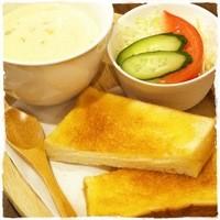いずみ - 【冬季限定】トースト&サラダ付きのクラムチャウダープレートは900円。トーストとチャウダーは相性抜群です!!