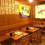 井川丸 - 2名~可のテーブル席。友達同士やデート、サクッと仕事帰りの飲み会などに使えます。