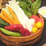 函館市場 海厨房 - 生で食べられる生えのきと契約農家直送の 新鮮有機野菜の桶盛り