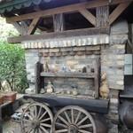 cafe KO-BA - 薪窯 馬車に見えました。