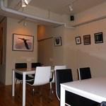 NOSSA gallerybar&dining - ギャラリーを兼ねた店内