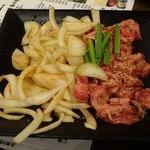 22370426 - この肉と玉ねぎを焼きます