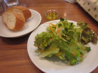 かのん - ランチセットのパンとサラダ