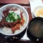 ぎんぶた - 半熟卵もつキャベ丼¥680