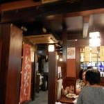 居酒屋 一ノ蔵 - 左奥にも小上がりとテーブル席が広がっています。