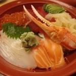 がんこ寿司  - 海鮮ちらし 赤だし付(1380円)。