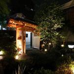 神楽坂 八百萬 - 神楽坂の石畳に浮かぶ当店の門構え。