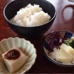 八栄垣 - セットに付いてくるごはん、漬物、胡麻豆腐