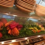 22386411 - カウンターには野菜が並ぶ