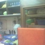 サラダの店サンチョ 河原町本店 - カウンターから見える厨房には新鮮な野菜が刻まれて並んでいて食欲をそそります