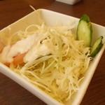 大阪ハラールレストラン - ミニサラダ。ドレッシングもどこか不思議な味。手作りかな?