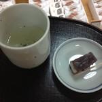 22392507 - サービスのこぶ茶と茶菓子(あも)