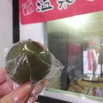 定山渓物産館 - 抹茶おまんじゅう:70円/店内にて