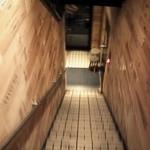 CONA - 地下に降りる階段