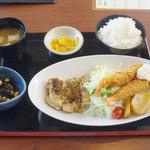 22402638 - 週替わり定食 鶏肉ソテーとエビフライ 850円