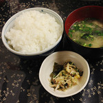 びっくり焼亭 - ご飯(150円くらい)。味噌汁&小鉢がつきます。