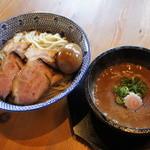 島田製麺食堂 - 石焼魚介豚骨つけ麺。器が石焼に!チャーシューがレアチャーシューにバージョンUP!