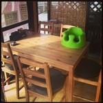 島田製麺食堂 - テーブル席こどもイス(バンボ)あります。
