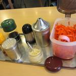 福芳亭 - テーブルに置いているおろしニンニク、紅生姜、炒りゴマ、胡椒など。お好みで・・・。ご自由に・・・。