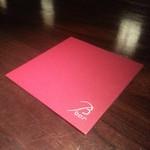 ビー・バー・マルノウチ - バカラの赤 コースターです
