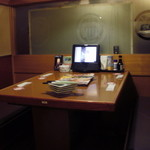 22417199 - 隣の4人掛けテーブル。5、6年ぶりに来たら、改装されててだだっ広かったフロアは、仕切られていました!以前より落ち着く^^