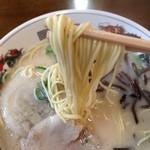 本城ラーメン - 中細麺は噛むと少し奥歯にくっつくタイプ