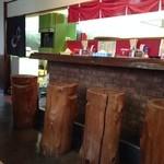 本城ラーメン - カウンターの椅子は丸太