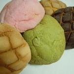 パーネ・パーネ - 左からカリカリメロンパン、イチゴ、抹茶、キャラメル、チョコ♪