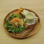 カピートロ - カピートロプレート(自家製パン、サラダ、スープ)